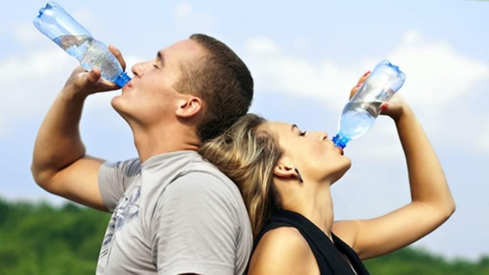 pareja-bebe-agua-1024x576