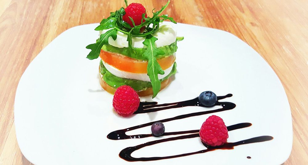 Timbal-de-Tomate-Mozzarella-y-Aguacate-1-e1484738887358